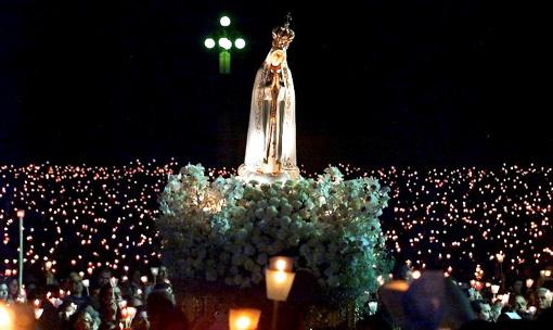 http://www.unavox.it/NuoveImmagini/Articoli_internet/Sul_continuo_mistero_di_Fatima/Fatima_processione_fiaccole.jpg